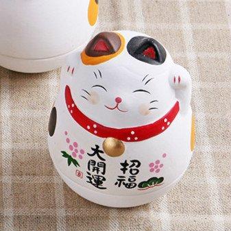 Maneki Neko japonés de cerámica y base redonda en color negro.