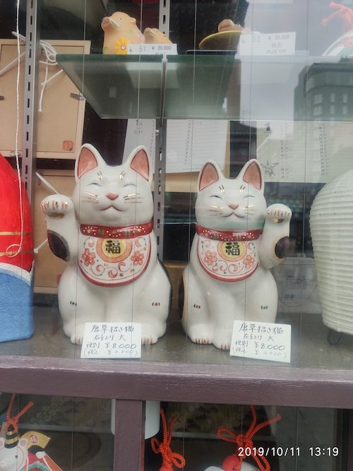Foto de unos preciosos Maneki Neko de una tienda tradicional de Asakusa (Tokio)